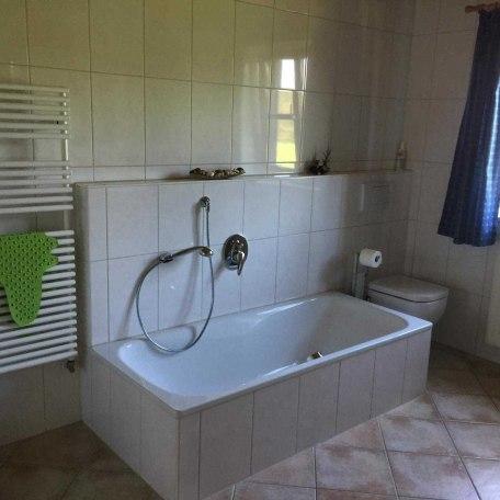 Badezimmer mit Dusche, Badewanne, WC und Waschtisch mit Spiegelschrank, © im-web.de/ Alpenregion Tegernsee Schliersee Kommunalunternehmen