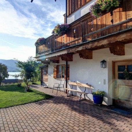 Die Wohnung verfügt über einen eigenen Eingang. Von dort gelangt man in den gemütlichen Wohnbereich., © im-web.de/ Tourist Information Tegernsee