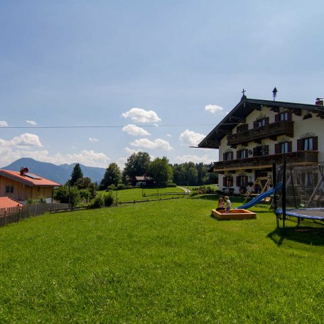 Spielplatz und Liegewiese vor dem Haus, © im-web.de/ Tourist-Information Bad Wiessee