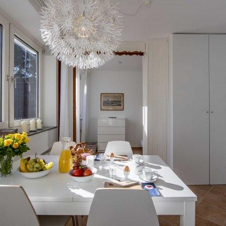 Ausziehbarer Esstisch und ein großer Kleiderschrank, © im-web.de/ Alpenregion Tegernsee Schliersee Kommunalunternehmen