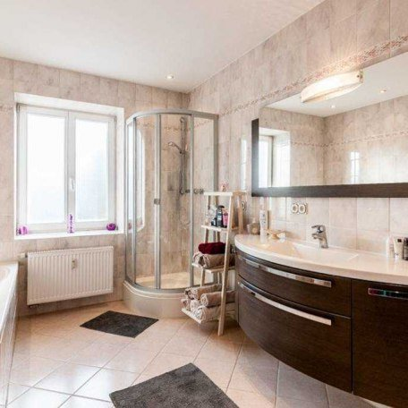 Großzügiges Bad mit Dusche und Badewanne, © im-web.de/ Tourist-Information Gmund am Tegernsee