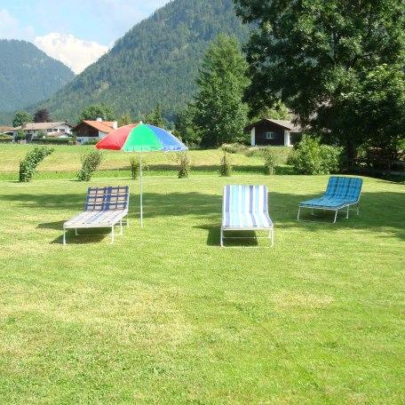große Liegewiese hinterm Haus, © im-web.de/ Tourist-Information Rottach-Egern