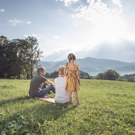 Familie auf einer Wiese, © Der Tegernsee, Julian Rohn
