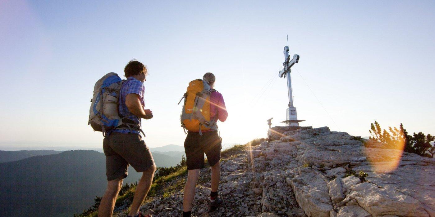 Ein Paar kurz vor dem Gipfelkreuz Wallberg, © Bernd Ritschel