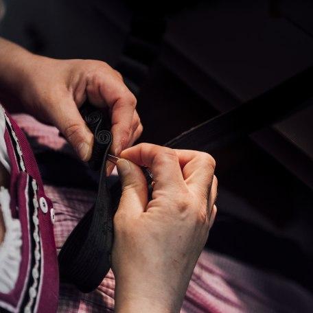 Hier braucht man Fingerspitzengefühl und Kraft zugleich. In einem Schalk stecken bis zu 80 Stunden Handarbeit., © Julian Rohn