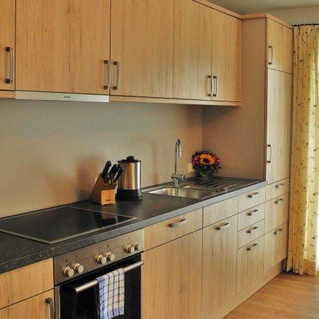 Küchenzeile in FeWo 1 mit Balkontür, © im-web.de/ Tourist-Information Bad Wiessee