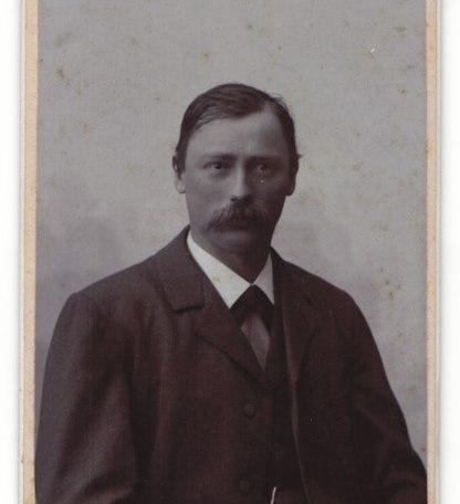 Fotografie-E-Ganghofer-Egern-a-T-Portrait-buergerlicher-Herr-im-Anzug-mit-Fliege-und-Schnauzbart, © Dr. Peter Czoik