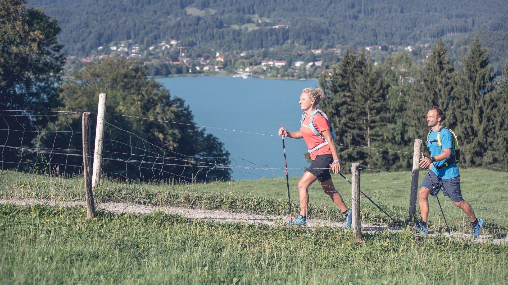Nordic Walking mit See- und Bergblick gibt es nur am Tegernsee., © Hansi Heckmair