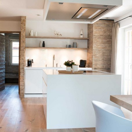 SeeSuite, Blick in die offene Küche, Essbereich, © im-web.de/ Ferienwohnungen Tegernsee