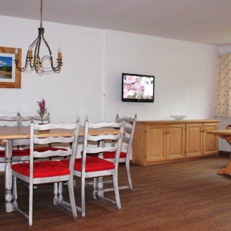 Wohnraum mit Küche in FeWo 2 mit Ausgang zur Terrasse im 1. OG, © im-web.de/ Tourist-Information Bad Wiessee