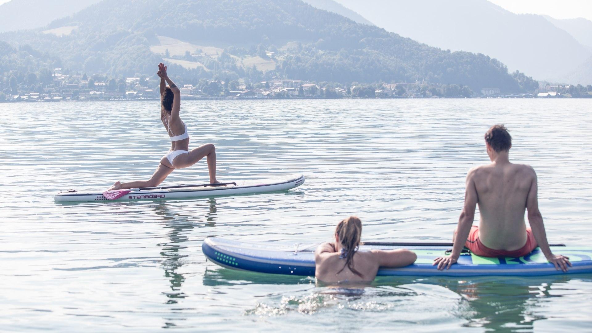 Yogaübungen auf dem SUP auf dem Tegernsee in der Urlaubsregion in den bayerischen Voralpen, © Hansi Heckmair