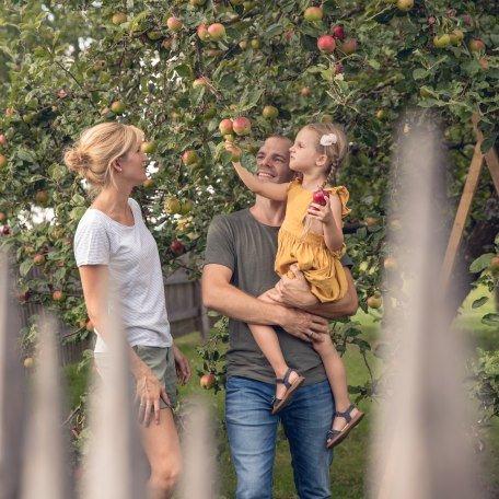Familie unter dem Apfelbaum, © Hansi Heckmair