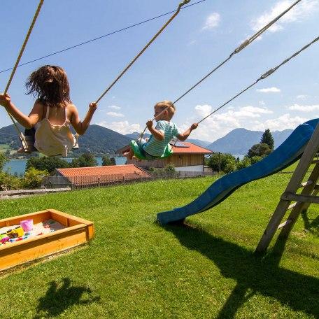 Schaukeln am Spielplatz, © im-web.de/ Tourist-Information Bad Wiessee