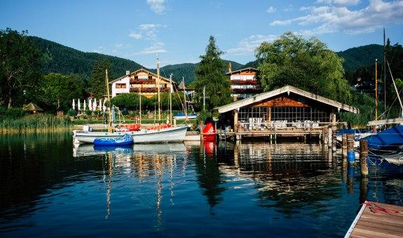 Ansicht vom See - Bootshaus mit Gästen