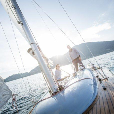 Pärchen segelt auf den Tegernsee bei strahlendem Sonnenschein., © Hansi Heckmair