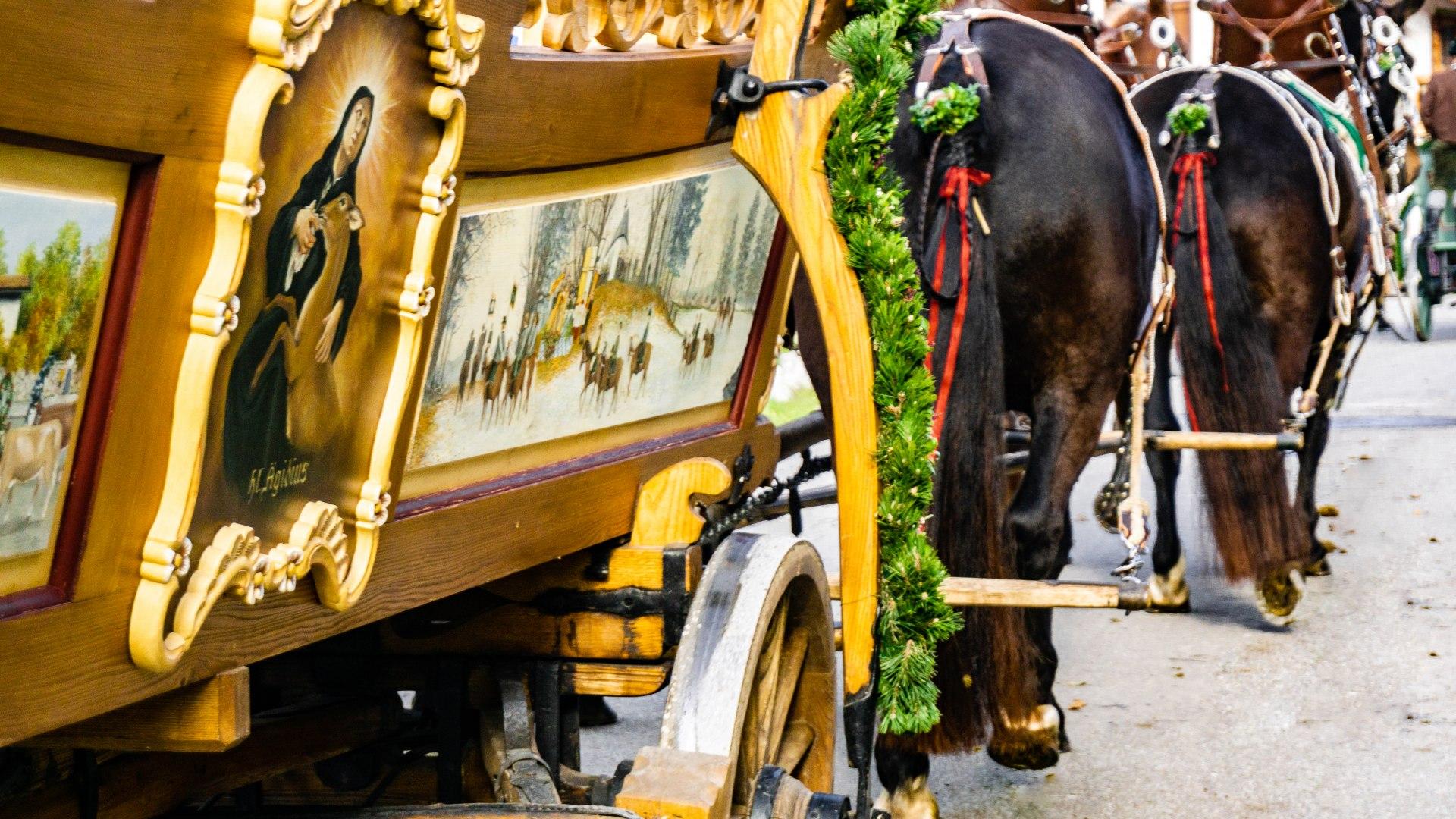 kunstvoll bemalter Pferdewagen am Leonharditag, © Stefanie Pfeiler