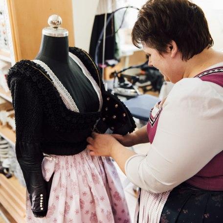 Schneidermeisterin Andrea Sankjohanser legt Hand an ihr Werk - eine fertige Jacke des Schalk, das traditionelle Festtagsgewand der Frauen im bayerischen Oberland., © Julian Rohn