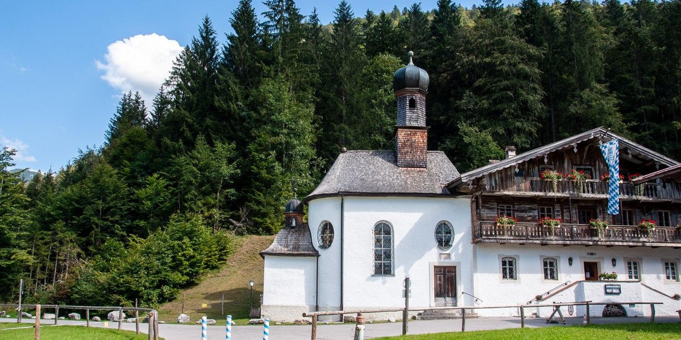 """Kirche und Quelle """"Zum heiligen Kreuz"""" in Wildbad Kreuth, © Der Tegernsee, Sabine Ziegler-Musiol"""