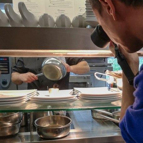 Ein neugieriger Blick mit der Fotokamera hinter die Kulissen einer Küche, © Stefanie Pfeiler