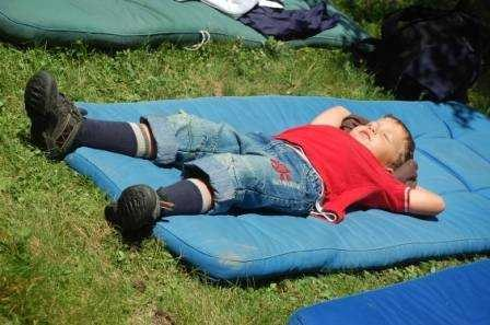 Unser Sohn Leon beim Entspannen im Garten, © im-web.de/ Tourist-Information Rottach-Egern