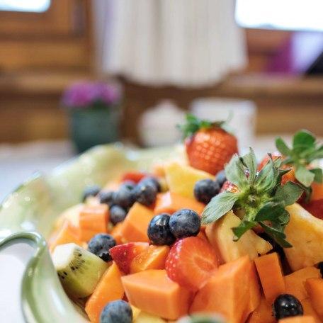Frühstücksbuffet mit frischem Obstsalat und regionalen Spezialitäten, © im-web.de/ Tourist-Information Bad Wiessee