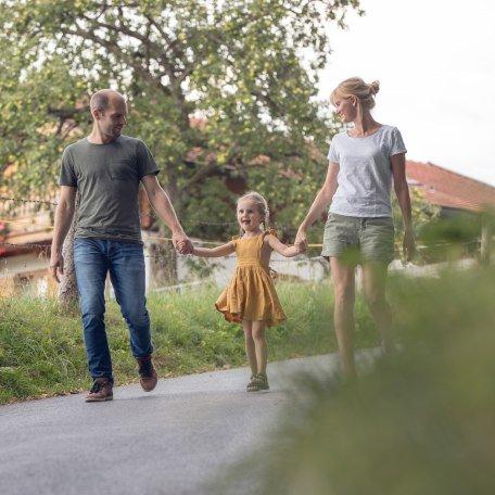 Familie spaziert über den Bauernhof, © Hansi Heckmair