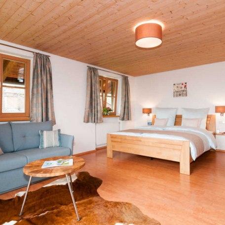 FW Riederstein Wohn/Schlafraum mit Doppelbett in Comforthöhe, © im-web.de/ Tourist-Information Bad Wiessee