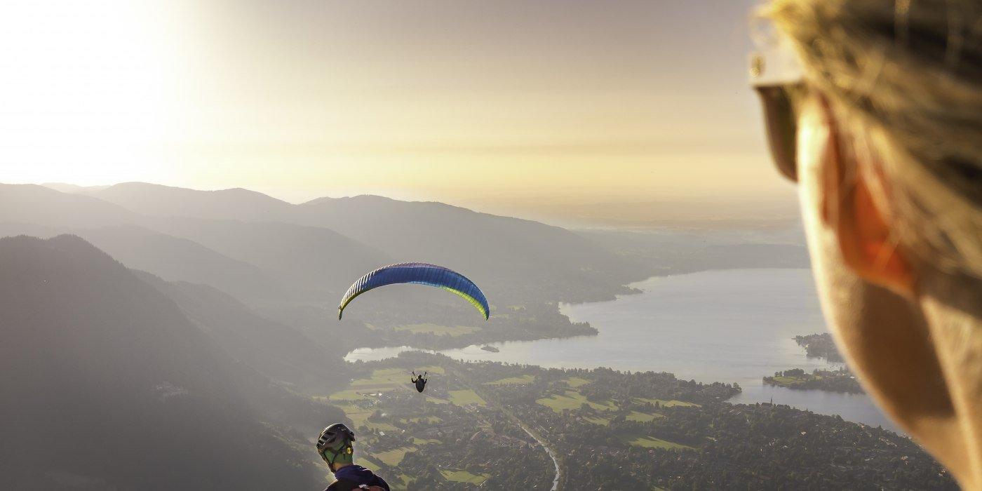 Ein sonniger Blick vom Wallberg auf den Tegernsee, inkl. Paraglider, © Dietmar Denger