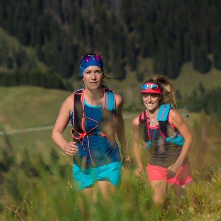 Zwei Mädels laufen der Berg hinauf., © Hansi Heckmair