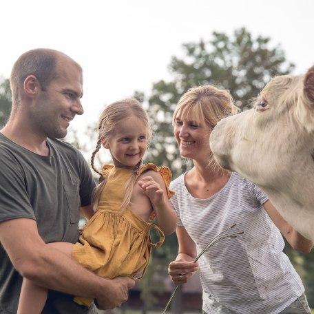 Familie streichelt Kuh, © Der Tegernsee, Julian Rohn