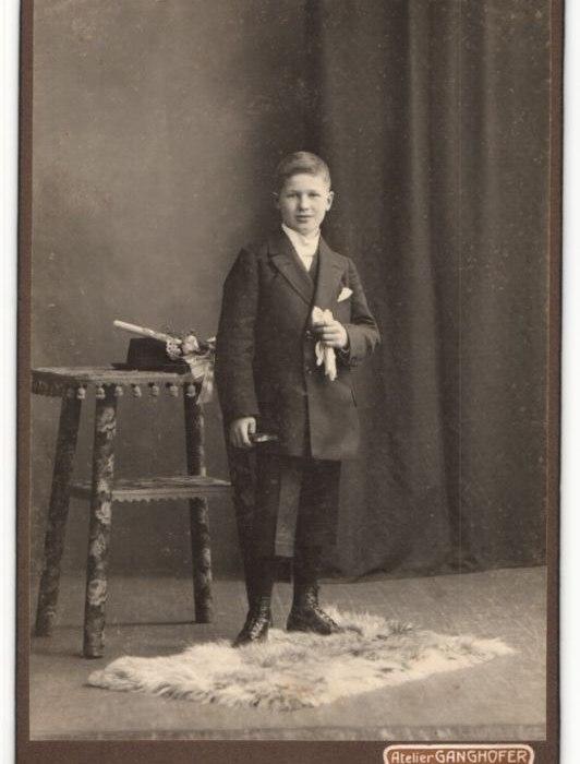 Fotografie-Atelier-Ganghofer-Egern-a-Tegernsee-Portrait-Knabe-in-feierlichem-Anzug, © Dr. Peter Czoik