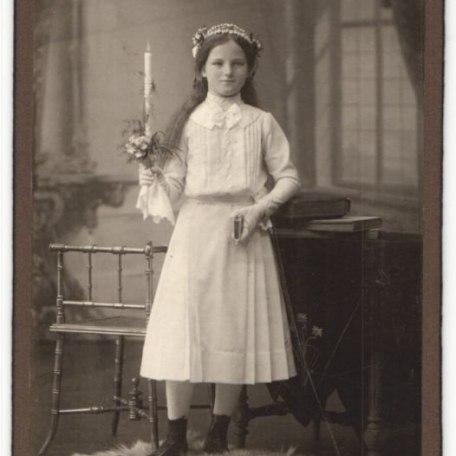 Fotografie-Atelier-Ganghofer-Egern-a-Tegernsee-Portrait-Maedchen-in-feierlicher-Kleidung-mit-Kerze, © Dr. Peter Czoik