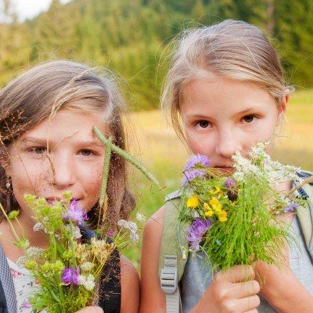 Kinderferienprogramm - Mädchen auf Blumenwiese, © Thomas Linkel