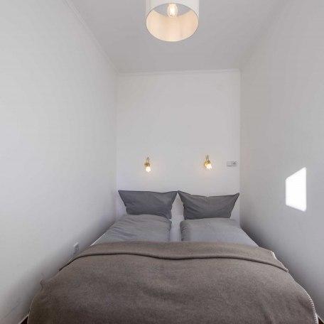 Schlafzimmer mit Ligne-Roset-Schlafsofa & Kommode, © im-web.de/ Alpenregion Tegernsee Schliersee Kommunalunternehmen