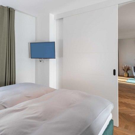 Schlafzimmer/Blick auf Wohnzimmer, © Claus Uhlendorf