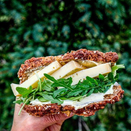 Gut belegtes Käsebrot mit Käse aus der Naturkäserei TegernseerTal, © Anya Rüngeler