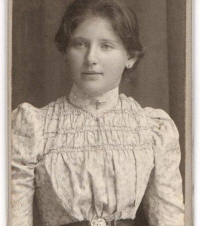 Fotografie-E-Ganghofer-Egern-a-T-Portrait-junge-Dame-in-huebscher-Bluse-mit-Kragenbrosche, © Dr. Peter Czoik