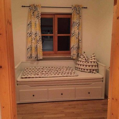 2. kleines Schlafzimmer mit kleinem Tisch und zwei Stühlen. (kein Schrank), © im-web.de/ Alpenregion Tegernsee Schliersee Kommunalunternehmen