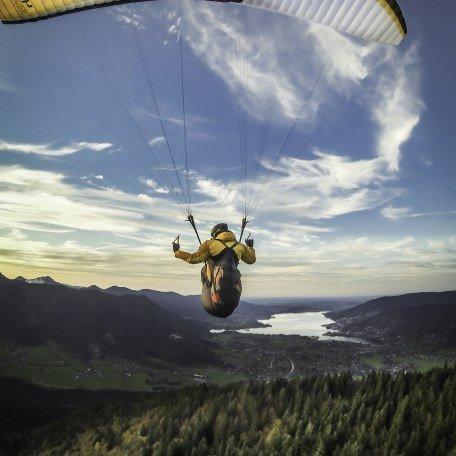 Ein Paraglider erhebt sich vom Startplatz am Wallberg in die Lüfte, © Dietmar Denger