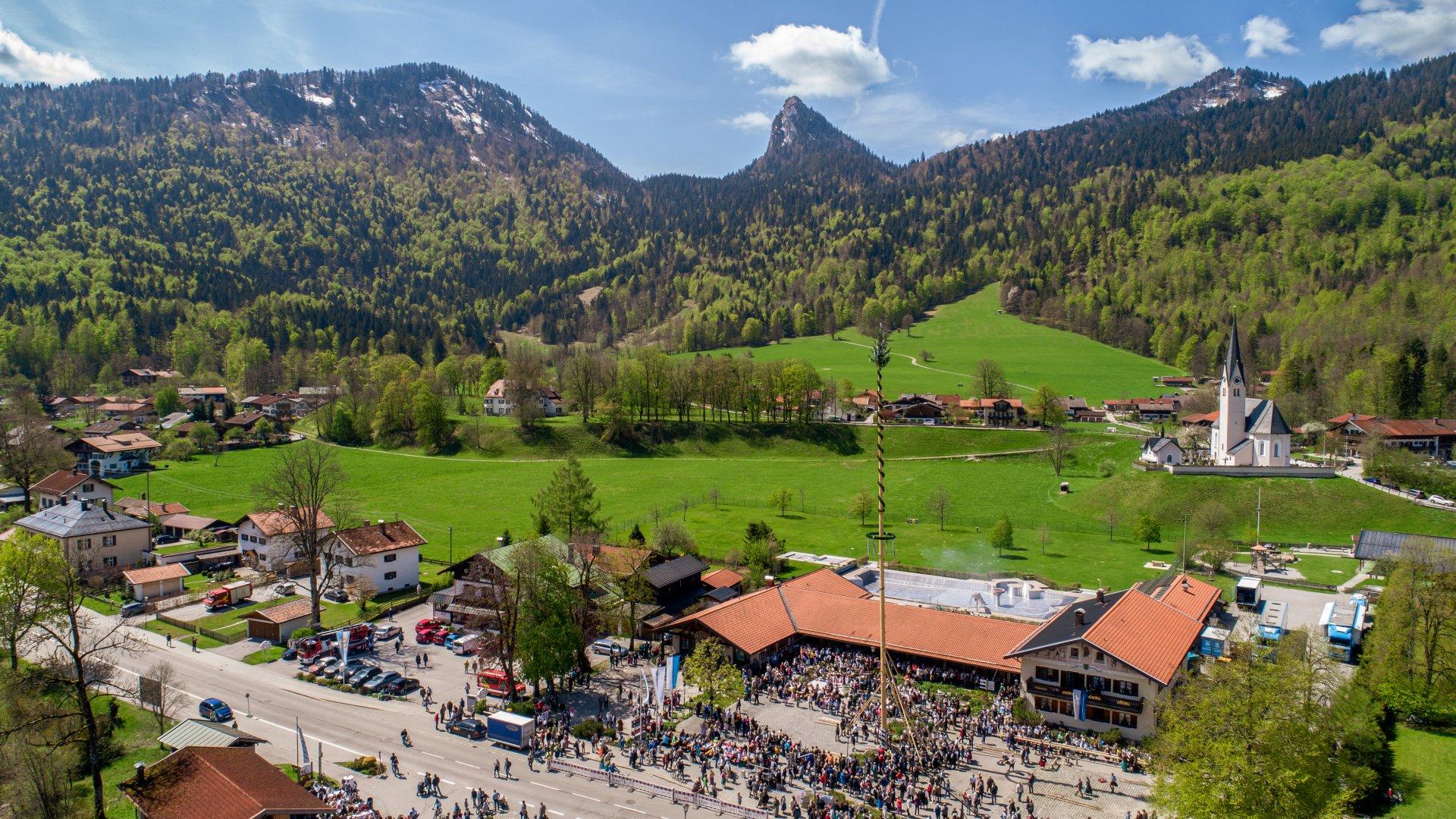 Vor dem Leonhardstein im Hintergrund errichtet die Dorfgemeinschaft im Bergsteigerdorf Kreuth zum 1. Mai traditionell den Maibaum., © luftbuidl, Sebastian Ulmer