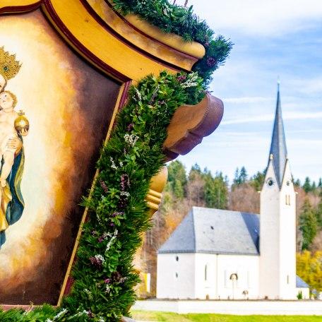 bemalter Pferdewagen und Leonhardikirche in Kreuth, © Stefanie Pfeiler