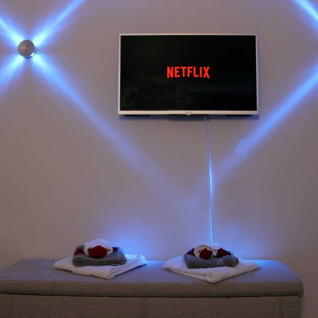 Zweiter Fernseher im Schlafzimmer inkl. Netflix, © im-web.de/ Tourist Information Tegernsee