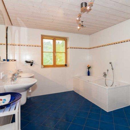 FW Ringberg, Bad mit Doppelwaschbecken und Badewanne, © im-web.de/ Tourist-Information Bad Wiessee