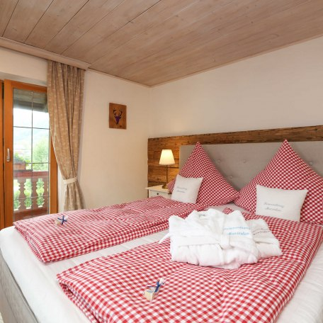 Schlafzimmer 1 mit bequemen Boxspringbett, © im-web.de/ Alpenregion Tegernsee Schliersee Kommunalunternehmen