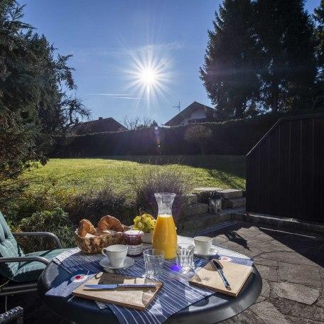 Blick von der Terrasse in den wunderschönen Garten, © im-web.de/ Alpenregion Tegernsee Schliersee Kommunalunternehmen