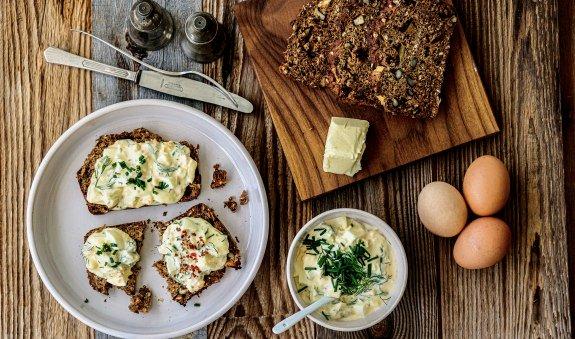 Eine leckere Brotzeit mit selbstgebackenem Brot und Eiersalat., © Anya Rüngeler