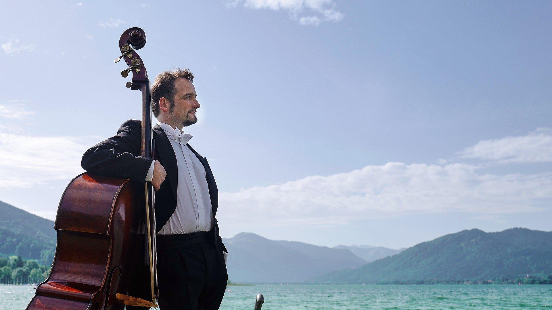Erich Kogler am Bass am Ufer des Tegernsees., © Der Tegernsee