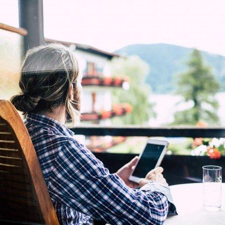 Ausblick vom Balkon auf Liegewiese und den Tegernsee, © im-web.de/ Tourist-Information Bad Wiessee