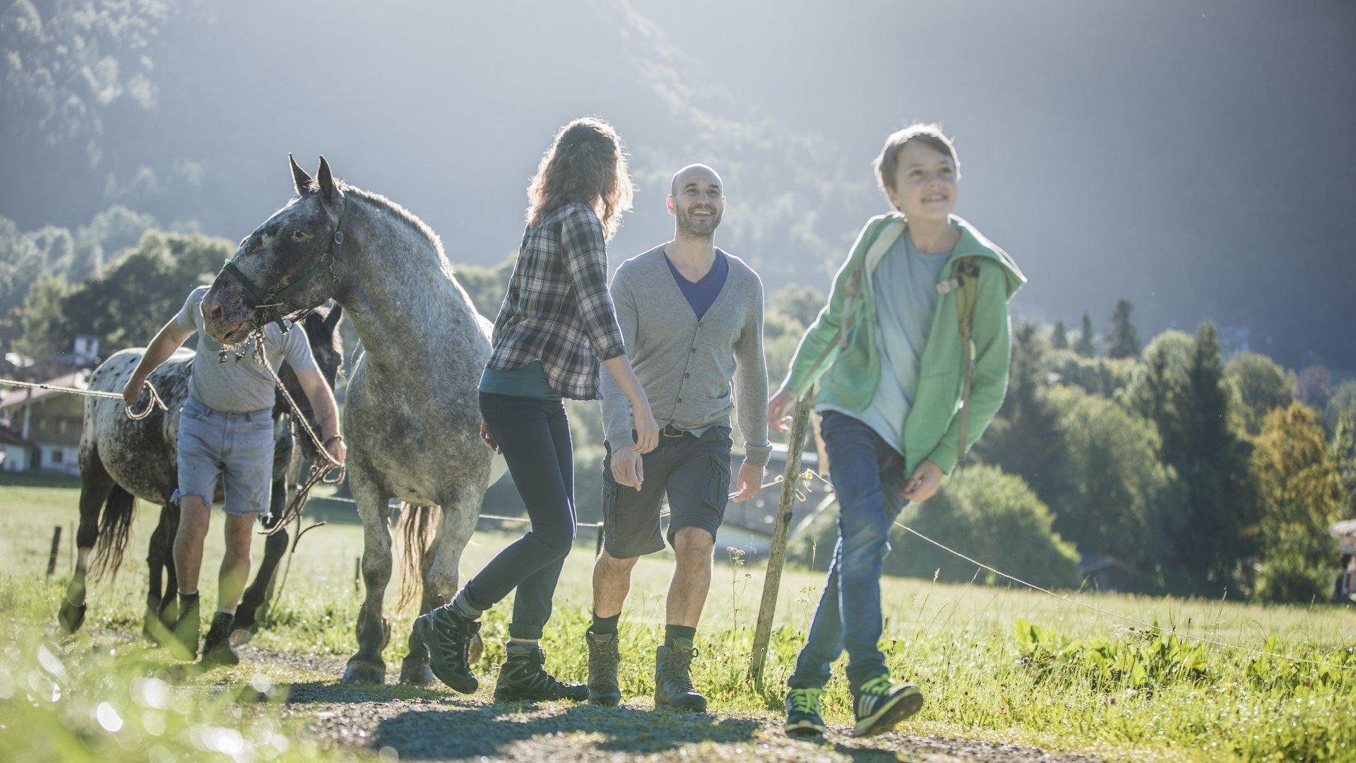 Familie beim Wandern in Gmund