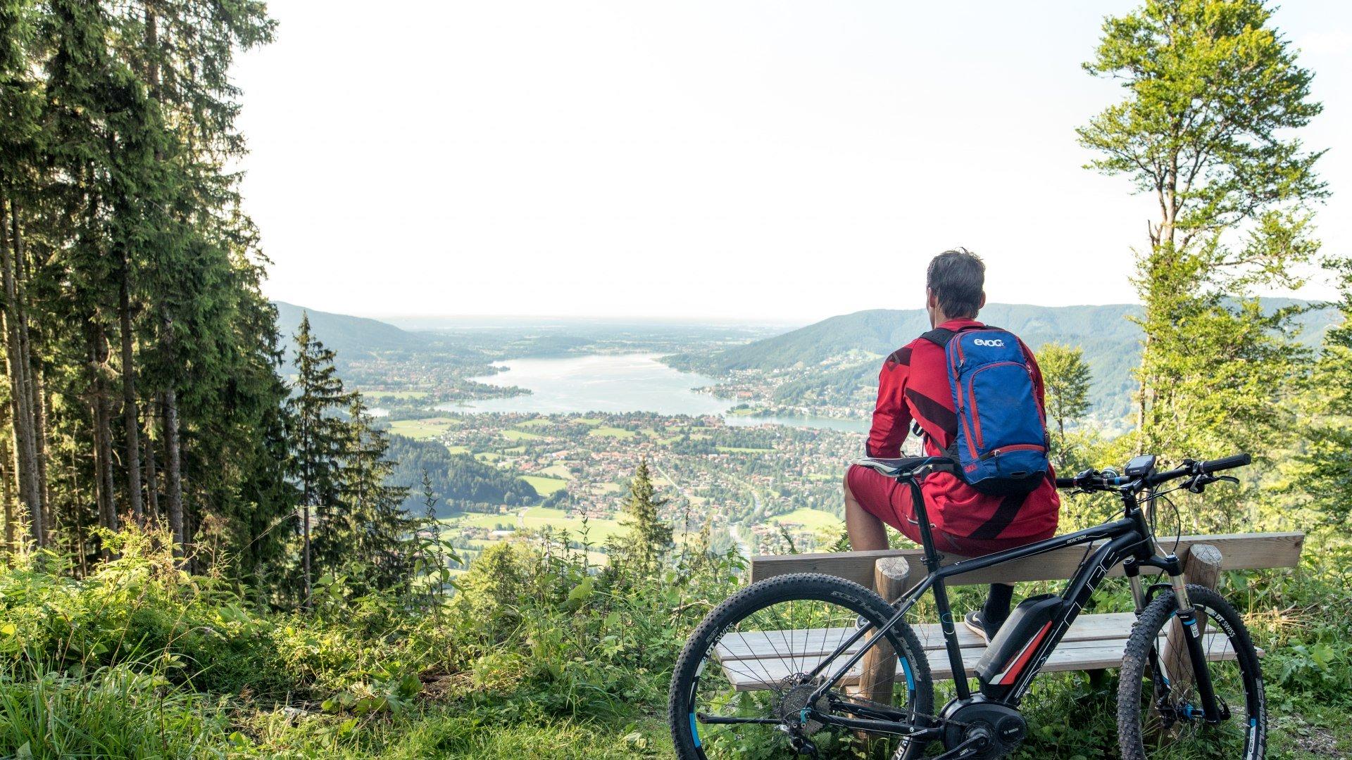 E-Mountainbike mit Blick auf den Tegernsee, © Julian Rohn